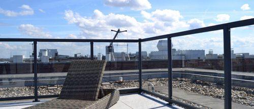glashekwerk dakterras met rotanligstoel