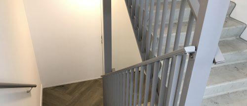 Grijze spijlhek voor een trap