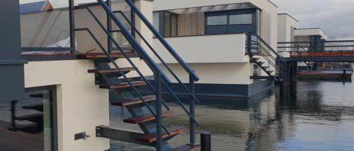 Luxe traphek met zwarte afwerking op een woonboot