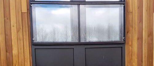 Frans balkonhek van glas met zwarte leuning