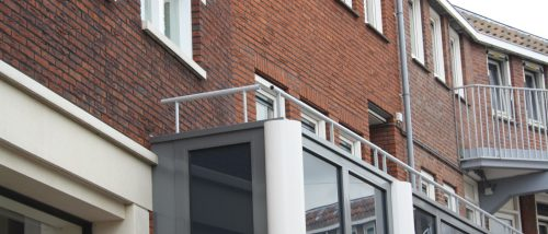Grijze balkonleuning