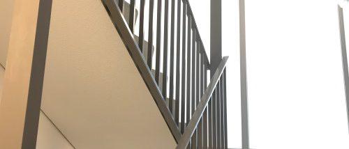 Grijs traphek in een trappenhuis