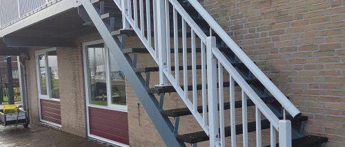 Grijs traphekwerk buiten