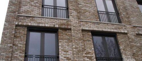 Zwart frans balkonhekwerk in appartementencomplex