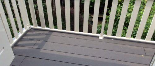 Wit aluminium lamelhek op het balkon