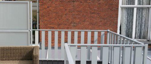 Wit aluminium lamelhek op het dakterras